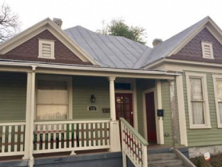 Historic Duplex 5 min drive from downtown and Ft Sam...